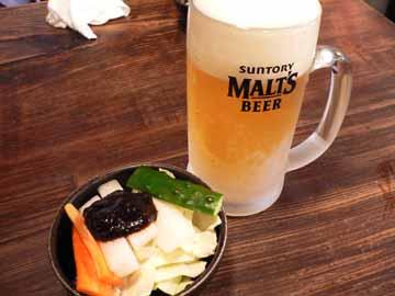 キンキンに冷えたジョッキで出てくる生ビールとお通しの生野菜