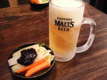 キンキンに冷えた生ビールとお通しの生野菜