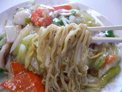 麺のアップ。胡椒の粒がたまらない