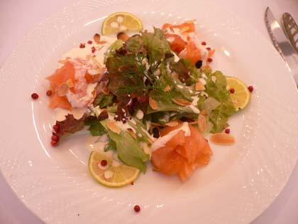 サーモンのマリネ かぼすクリームソース グリルアーモンドとほうれん草サラダと共に
