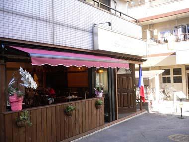 この辺では珍しいセミオープンカフェスタイル