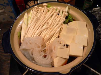 まずは割り下にたっぷりの野菜と豆腐