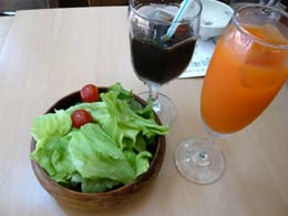 サラダとアイスコーヒー、野菜ジュース