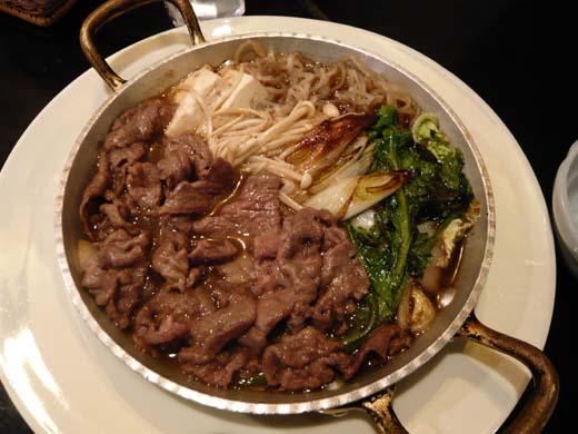 肉が鍋の半分を占めている