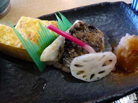 焼き魚はスズキ。玉子焼きがまた旨いんだ