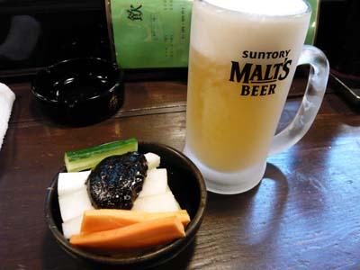 キンキン冷えたジョッキの生ビールと野菜スティック。これがいいんだ