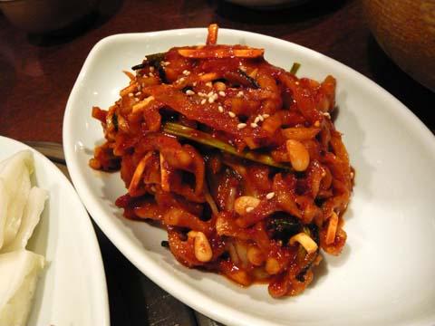 別皿に盛られた特製キムチ