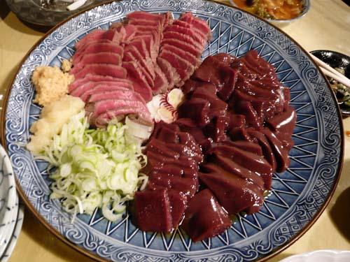 牛たたきとレバ刺の生肉大皿盛り