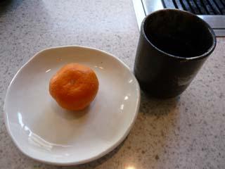 食後にはミカンとお茶が出て来た