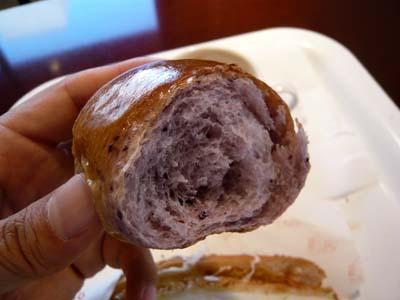 ブルーベリー味のロールパンだった