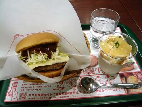 「とびきりチーズハンバーグンド」と「青森りんごシェイク」