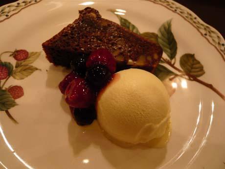 デザートはチョコレートブラウニー、バニラとベリー添え