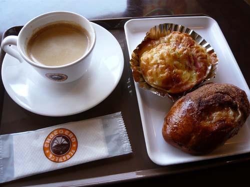 私が頼んだのはコーヒーとパン2つ
