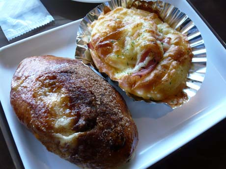 左が「シナモンレーズン」で右が「ハムマヨチーズ」
