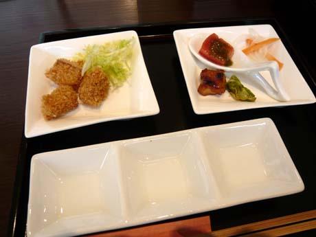 手前の皿に好みのソースを入れて食べる