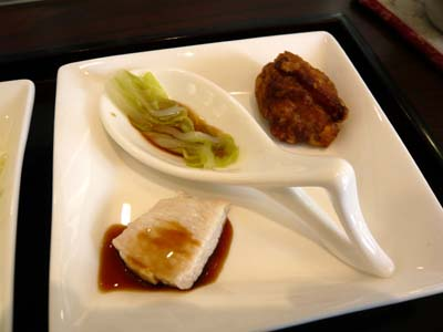 左から「ローストビーフのたれ」、「地元のゆずを使ったポン酢」、「焼き鳥のたれ」が使われている