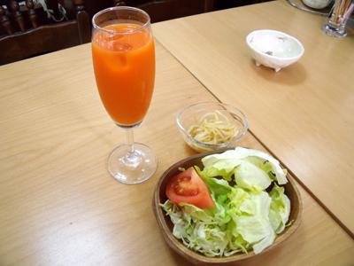 まず運ばれて来たのは、野菜ジュースとサラダ、小鉢