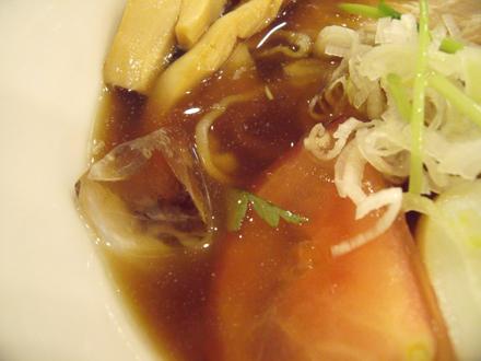 スープの中に氷が入っている