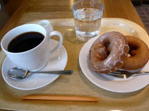 「オーガニックコーヒー」とドーナツ