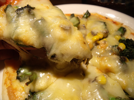 このトロッとしたチーズの下に黒焼そばソースが隠れている