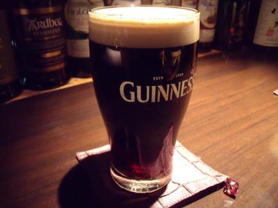 黒ビールの「ギネス」で乾杯