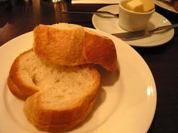 まず出て来たのはパン