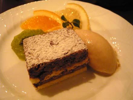 チョコレートケーキとキャラメルジェラード、フルーツ3種