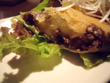 「ポテトとひき肉の黒カレー春巻き」のアップ