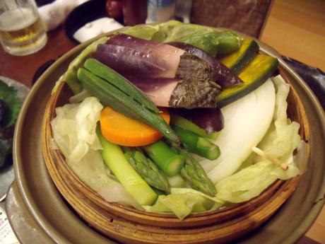 フタになっていたキャベツを取ると、野菜がいっぱい