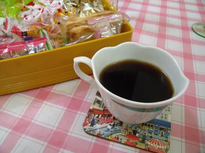 食後はコーヒーとお菓子を出してくれた