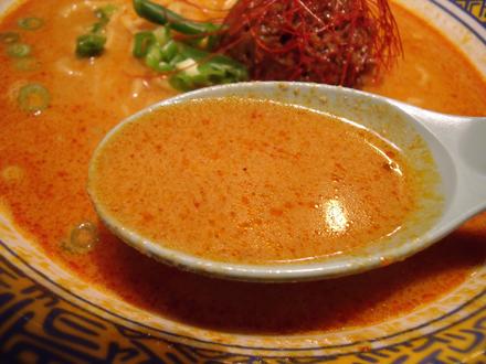 スープはガツンと辛い