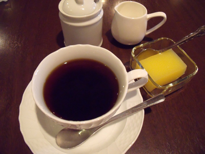 食後にはコーヒーとデザートが付く