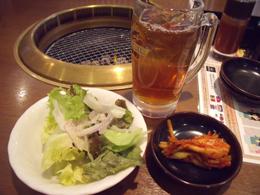 サラダとキムチ、ウーロン茶
