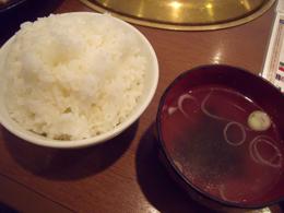 大盛りライスとわかめスープ