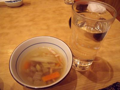 焼酎のお湯割りとお通しの温かいスープ