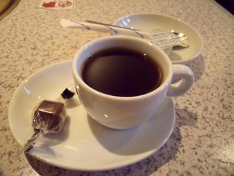 食後には小さなカップでコーヒーが付く