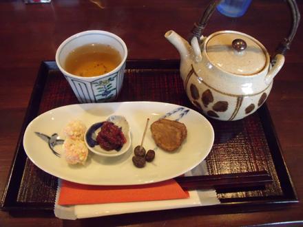 ほうじ茶に添えられているお茶菓子が豪華