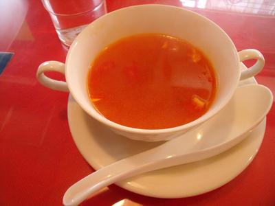 まずスープが運ばれて来た