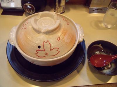 桜の花が描かれた土鍋で登場