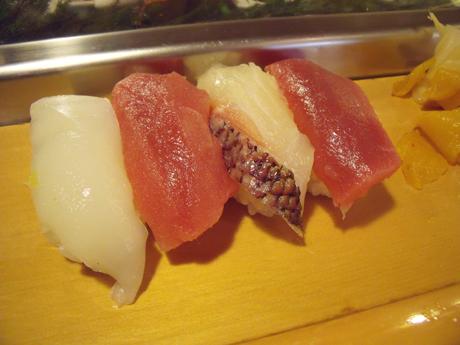 マグロ2貫と鯛とイカ