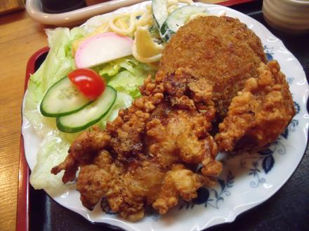 大きい鶏の唐揚げが2つにクリームコロッケが乗っている
