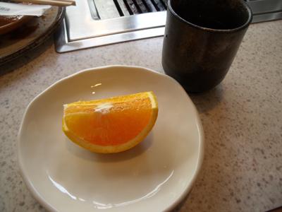 食後には冷たいオレンジとお茶が出て来た