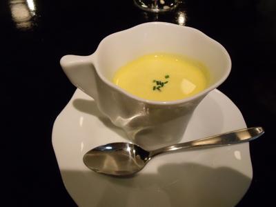 まず出て来たのはスープ