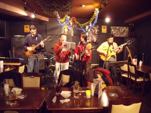 マサトらのバンドがビートルズの曲を演奏
