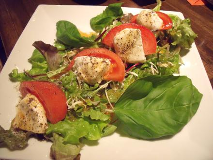 飛騨高山酸モッツァレラチーズとトマトのサラダ