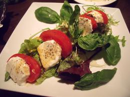 飛騨高山産モッツァレラチーズとトマトのサラダ