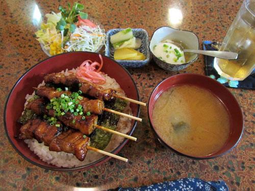 豪華な「豚バラ丼」のランチセット
